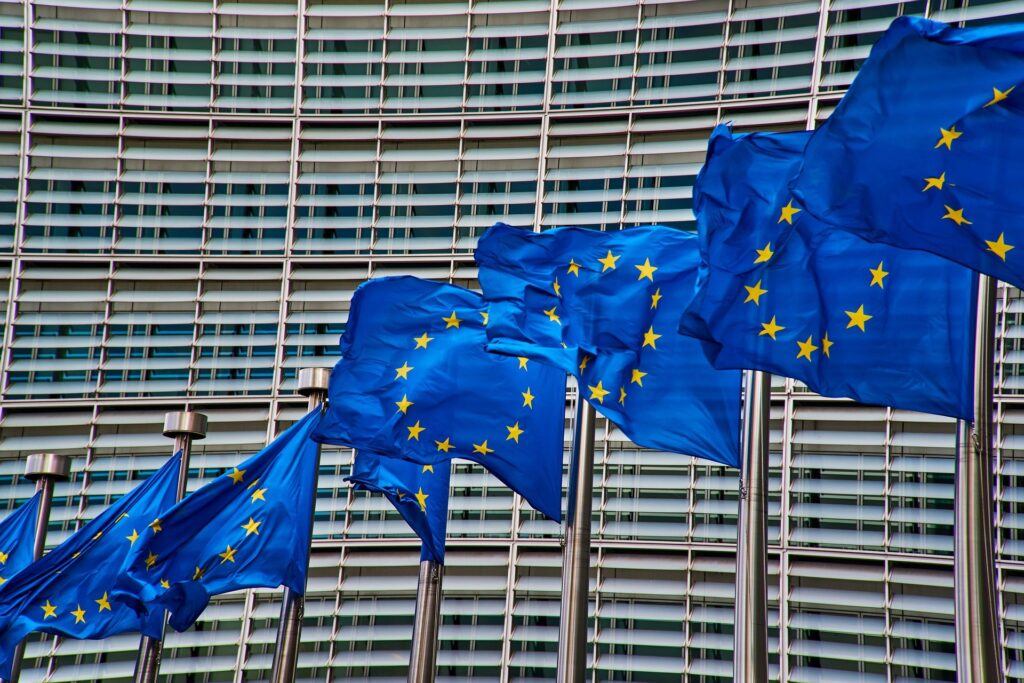 Fahnen vor dem Gebäude der EU-Kommission
