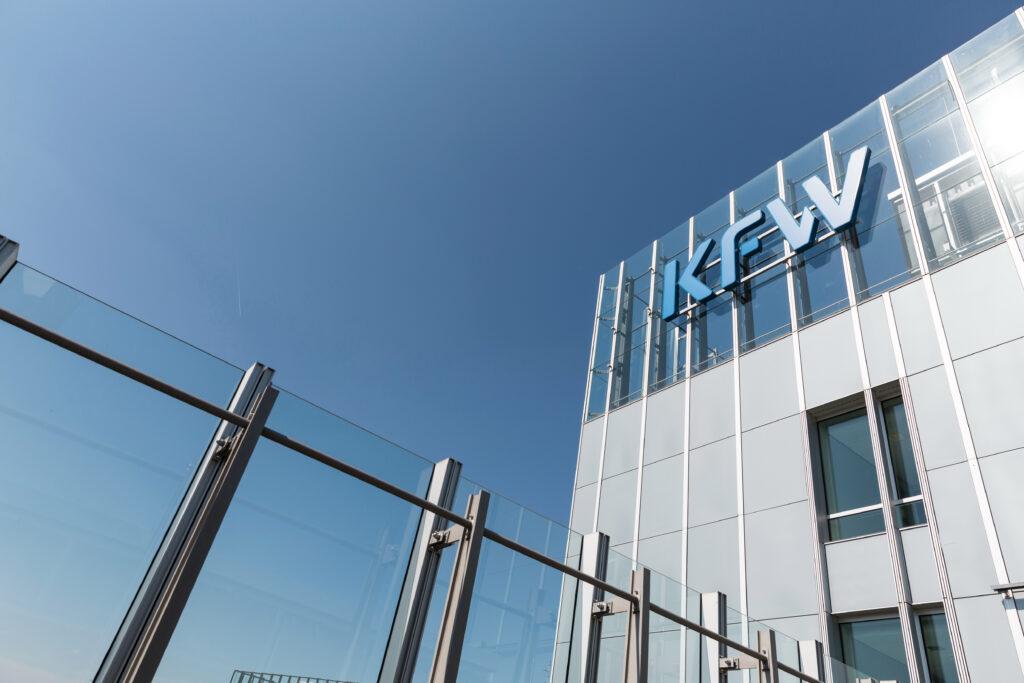 KfW-Logo auf der Gebäudefassade, KfW-Zentrale in Frankfurt