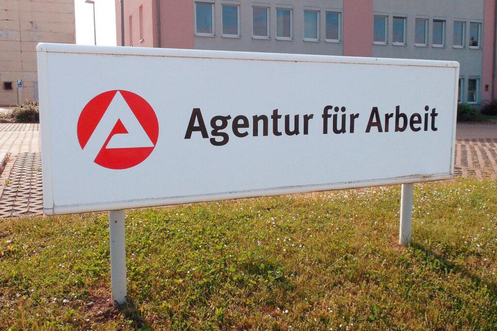 Schild vor dem Gebäude der Agentur für Arbeit, Arbeitslosengeld