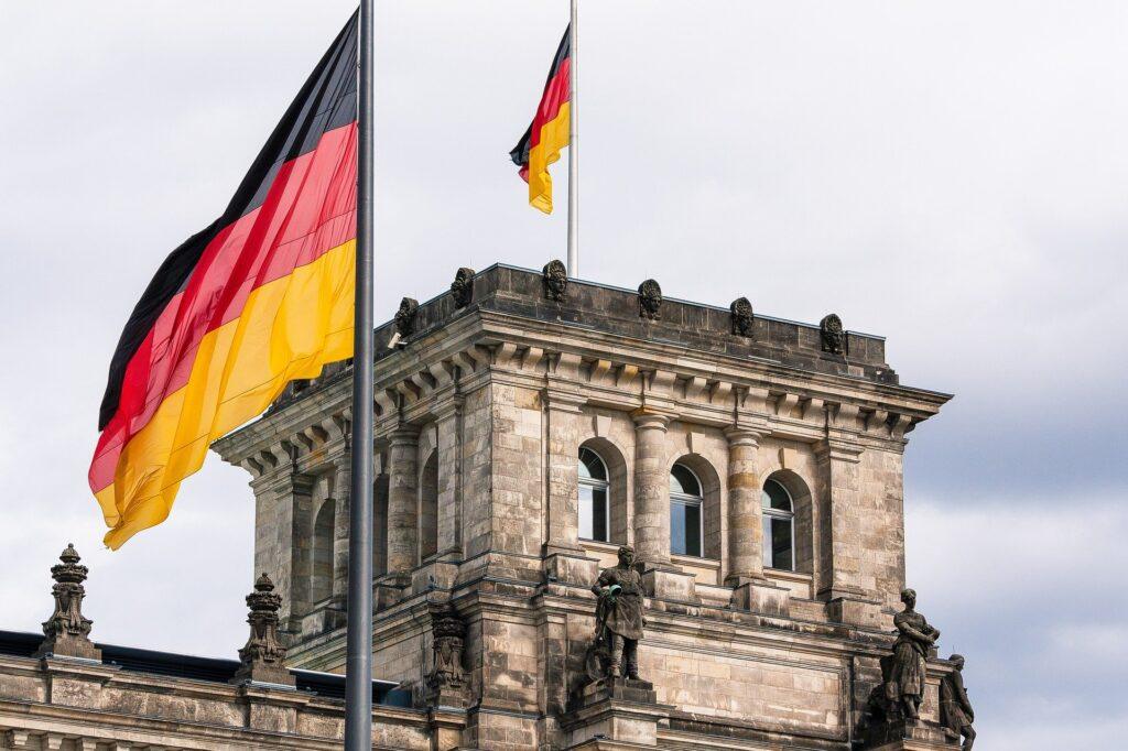 Turm des Berliner Reichstags mit deutschen Flaggen