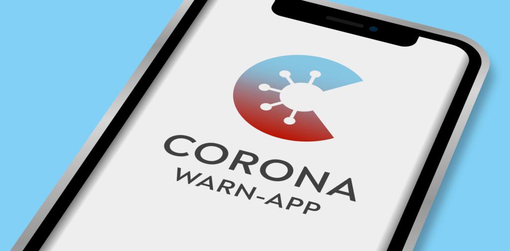 Smartphone mit dem Logo der Corona-Warn-App auf dem Display