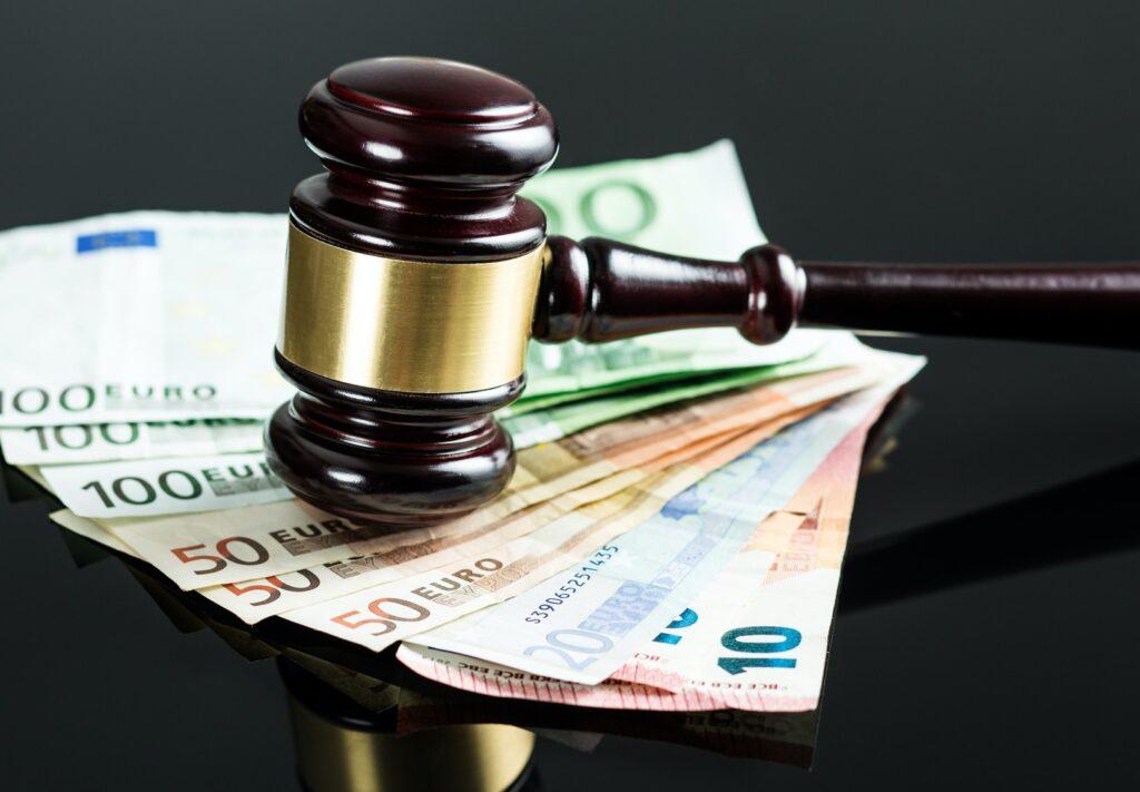 Richterhammer liegt auf aufgefächerten Euro-Geldscheinen