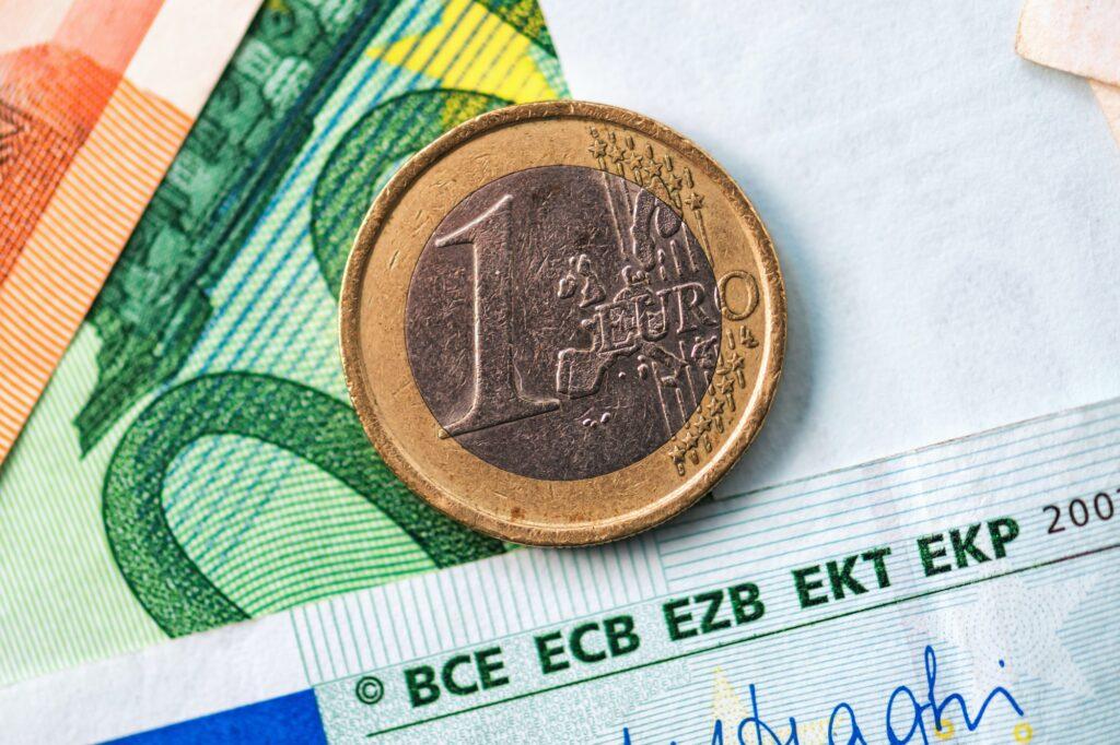 1-Euro-Münze auf Geldscheinen