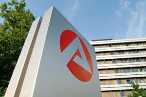 Zentrale_der Bundesagentur für Arbeit in Nürnberg mit Logo im Vordergrund