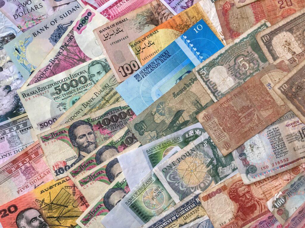 Banknoten verschiedener Währungen aus unterschiedlichen Ländern der Welt, inklusive Dollar und Pfund