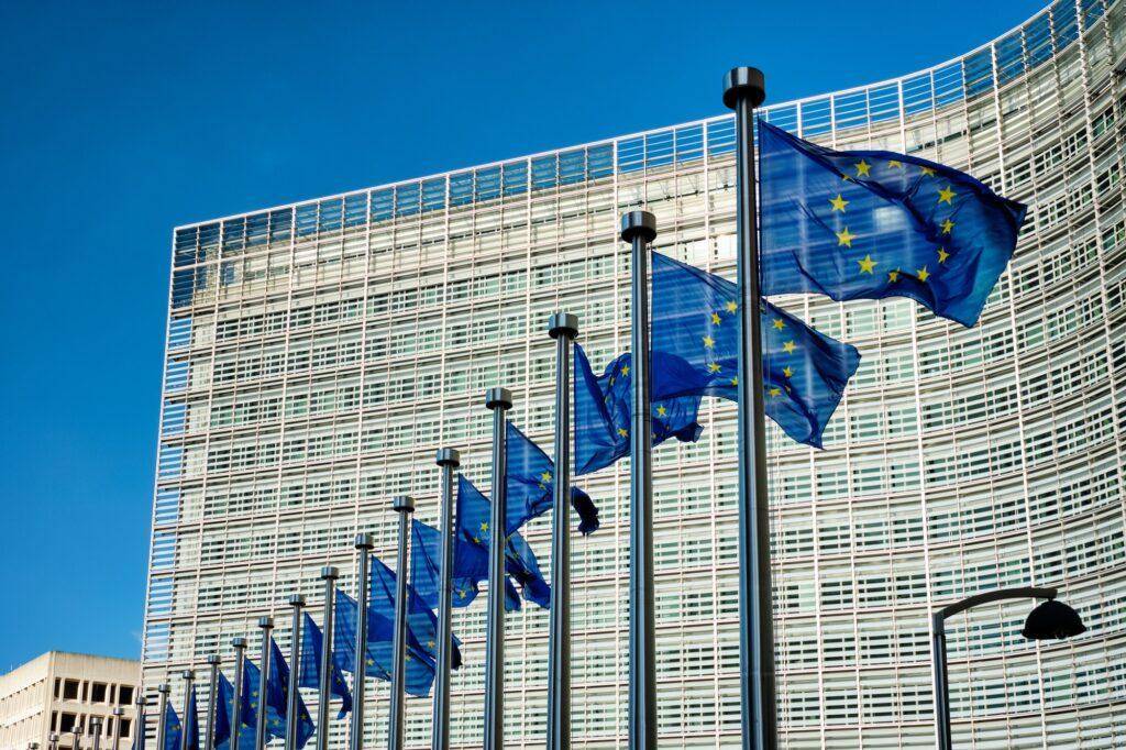 Flaggen vor dem Gebäude der EU-Kommission