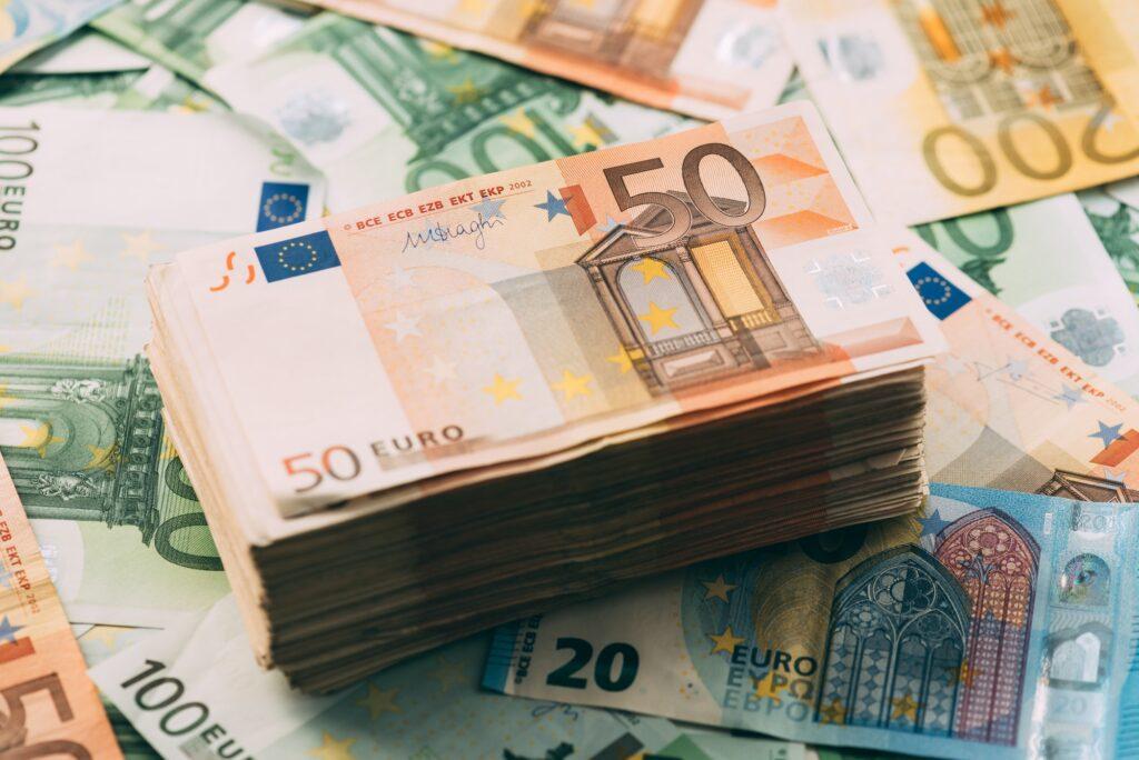 Ein Stapel 50-Euro-Scheine liegt auf andern ausgebreiteten Scheinen